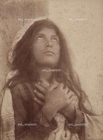 FVQ-F-158429-0000 - Young girl in prayer - Data dello scatto: 1900 ca. - Archivi Alinari, Firenze