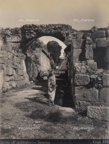 FVQ-F-158525-0000 - The entrance to the amphitheater of Syracuse - Data dello scatto: 1890 ca. - Archivi Alinari, Firenze