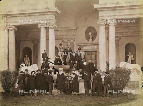 FVQ-F-158742-0000 - Group of artists in front of Villa Medici, former Academy of France, in Rome (photo attributed to Simelli - printed in the Chauffourier laboratory which processed Simelli's plates) - Data dello scatto: 1871 ca. - Archivi Alinari, Firenze