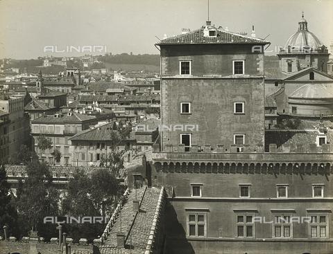 FVQ-F-158760-0000 - Detail of Palazzo di Venezia in Rome; on the left, a partial view of the city - Data dello scatto: 1915 ca. - Archivi Alinari, Firenze