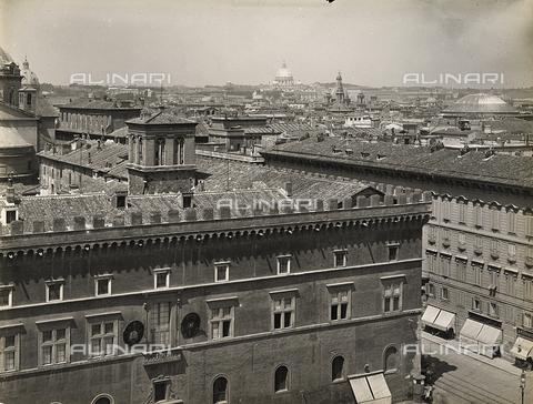 FVQ-F-158761-0000 - Detail of Palazzo Venezia in Rome; on the left, a partial view of the city - Data dello scatto: 1915 ca. - Archivi Alinari, Firenze