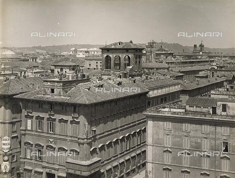 FVQ-F-158762-0000 - Palazzi che si affacciano su piazza Venezia a Roma. Sullo sfondo si nota il palazzo del Quirinale - Data dello scatto: 1915 ca. - Raccolte Museali Fratelli Alinari (RMFA), Firenze