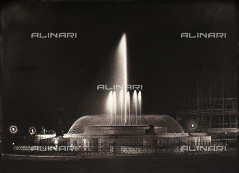 FVQ-F-158767-0000 - La fontana dell'Acqua Marcia a Roma, animata dagli effetti di luce elettrica - Data dello scatto: 1915 ca. - Archivi Alinari, Firenze