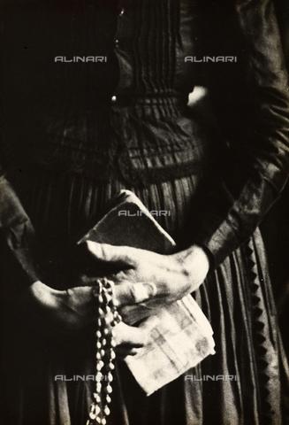 FVQ-F-169885-0000 - Mani di una donna ungherese con corona del rosario - Data dello scatto: 1937 - Archivi Alinari, Firenze