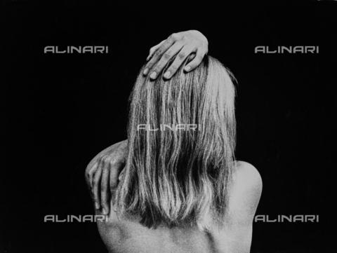 """FVQ-F-187771-0000 - """"Studio N.17"""". Ritratto di giovane donna di spalle con i capelli lunghi - Data dello scatto: 1979 - Archivi Alinari, Firenze"""
