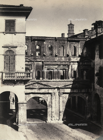 FVQ-F-198526-0000 - Porta dei Borsari a Verona - Data dello scatto: 1860 - Archivi Alinari, Firenze