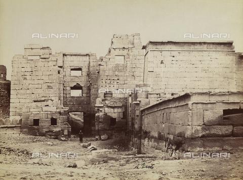 FVQ-F-206712-0000 - Cancello fortificato orientale all'ingresso di Medinet Habu - Data dello scatto: 1870-1880 - Raccolte Museali Fratelli Alinari (RMFA), Firenze