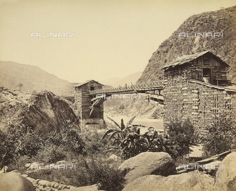 FVQ-F-206762-0000 - Un tipico ponte nella valle del Chambra, vicino alla catena montuosa dell'Himalaya, India - Data dello scatto: 1863 - 1870 ca. - Archivi Alinari, Firenze