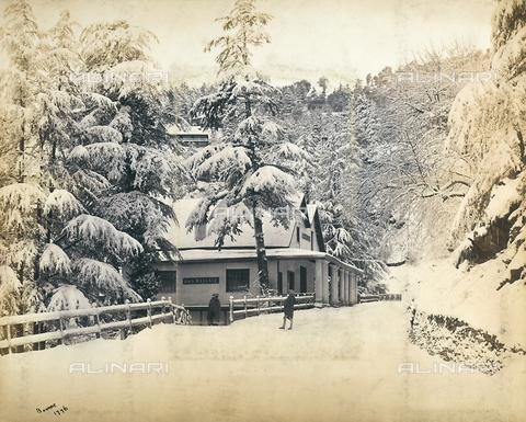 FVQ-F-206774-0000 - Una strada innevata nella città di Simla (Shimla) nei pressi della catena montuosa dell'Himalaya, India - Data dello scatto: 1863 - 1870 ca. - Raccolte Museali Fratelli Alinari (RMFA), Firenze