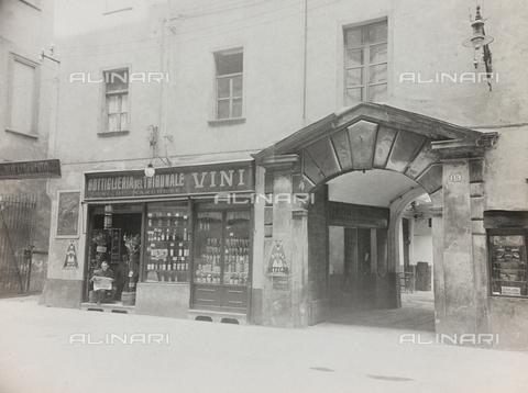FVQ-F-208996-0000 - La Bottiglieria del Tribunale, negozio di vini a Torino - Data dello scatto: 1920-1930 - Raccolte Museali Fratelli Alinari (RMFA), Firenze