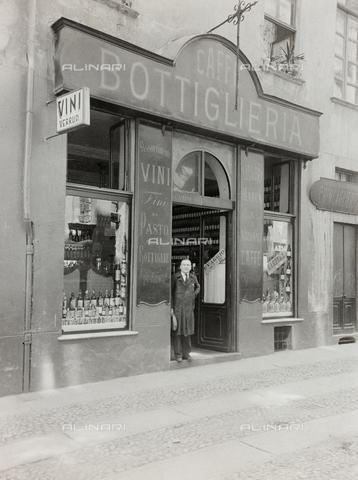 FVQ-F-209003-0000 - Un uomo fotografato sulla soglia di un caffè-bottiglieria a Torino - Data dello scatto: 1920-1930 - Raccolte Museali Fratelli Alinari (RMFA), Firenze
