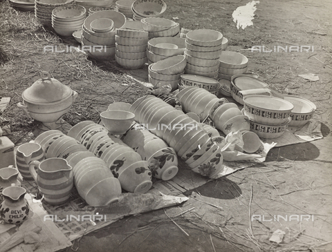 FVQ-F-209007-0000 - Stoviglie in vendita a un mercato di paese - Data dello scatto: 1930 ca. - Raccolte Museali Fratelli Alinari (RMFA), Firenze