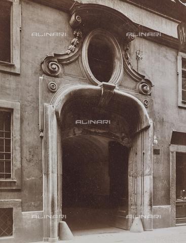 FVQ-F-209015-0000 - Portone di un palazzo di Torino - Data dello scatto: 1927 - Raccolte Museali Fratelli Alinari (RMFA), Firenze