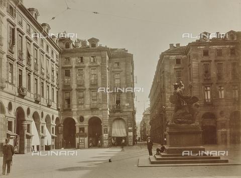 FVQ-F-209019-0000 - Statua di Amedeo VI in Piazza Palazzo di Città a Torino - Data dello scatto: 29/09/1924 - Raccolte Museali Fratelli Alinari (RMFA), Firenze