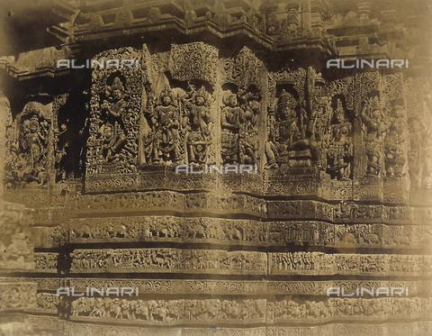 FVQ-F-210391-0000 - Vishnu e raffigurazioni sacre, altorilievi dell'esterno del Tempio di Hullabeed a Mysore in India - Data dello scatto: 1858 - Archivi Alinari, Firenze