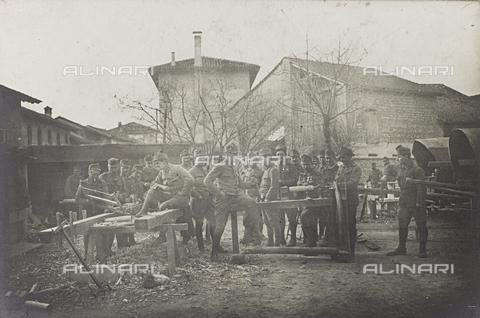 FVQ-F-213415-0000 - Prima Guerra Mondiale: prigionieri italiani al lavoro in un paese vicino al Tagliamento, Fotografia dell'esercito Austro-Ungarico - Data dello scatto: 1918 - Archivi Alinari, Firenze
