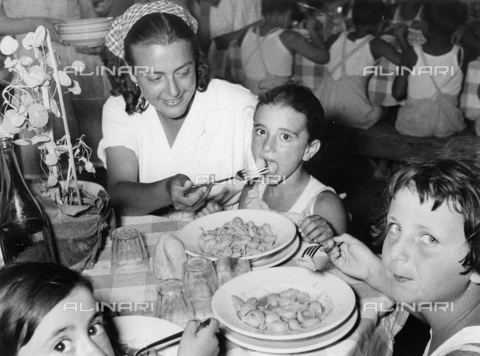 FVQ-F-217015-0000 - Childs at the table eat the pasta