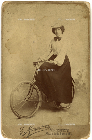 FVQ-F-226817-0000 - Young woman on a bicycle - Date of photography: 1890-1900 - Fratelli Alinari Museum Collections, Florence