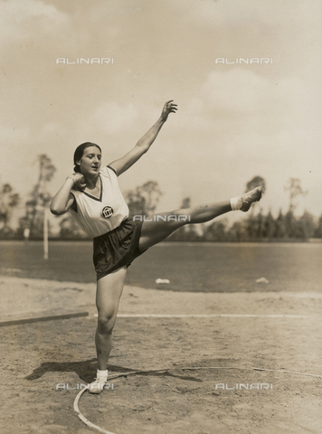 FVQ-F-229089-0000 - Portrait of an athlete caught up in the shot put
