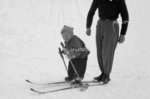 GBA-S-000178-001A - Bambino prova a sciare sulla neve, Cortina d'Ampezzo - Data dello scatto: 06/02-27/02/1941 - Archivi Alinari, Firenze