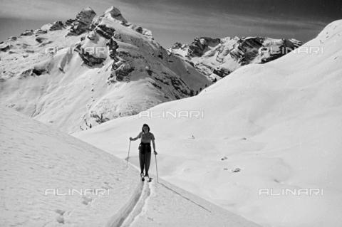 GBA-S-000178-0032 - Donna sugli sci in un paesaggio di montagna innevato, Cortina d'Ampezzo - Data dello scatto: 06/02-27/02/1941 - Archivi Alinari, Firenze
