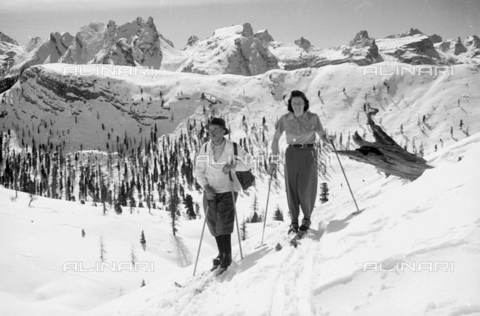 GBA-S-000178-0033 - Portrait of a couple on the skis in a snowy mountain landscape, Cortina d'Ampezzo