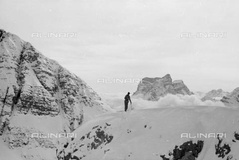 GBA-S-000178-006A - Veduta di montagna innevata con uomo sugli sci, Cortina d'Ampezzo - Data dello scatto: 06/02-27/02/1941 - Archivi Alinari, Firenze