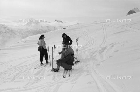 GBA-S-000178-007A - Ritratto di gruppo sugli sci, Cortina d'Ampezzo - Data dello scatto: 06/02-27/02/1941 - Archivi Alinari, Firenze