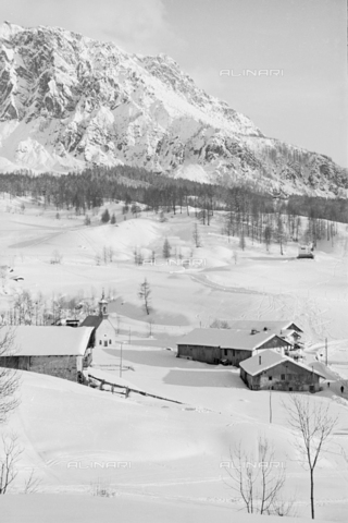 GBA-S-000178-010A - Veduta di case di montagna innevate, Cortina d'Ampezzo - Data dello scatto: 06/02-27/02/1941 - Archivi Alinari, Firenze