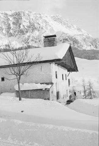 GBA-S-000178-011A - Veduta di casa di montagna innevata, Cortina d'Ampezzo - Data dello scatto: 06/02-27/02/1941 - Archivi Alinari, Firenze