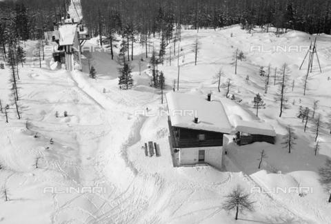 GBA-S-000178-012A - Veduta di montagna innevata con funivia, Cortina d'Ampezzo - Data dello scatto: 06/02-27/02/1941 - Archivi Alinari, Firenze
