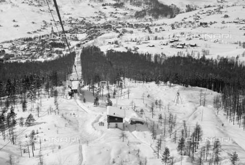 GBA-S-000178-013A - Veduta di montagna innevata con funivia, Cortina d'Ampezzo - Data dello scatto: 06/02-27/02/1941 - Archivi Alinari, Firenze