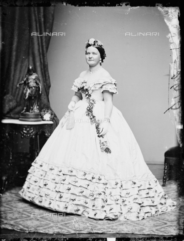 GBB-F-002146-0000 - 1861, WASHINGTON, USA : Mary Todd Lincoln (1818 - 1882) in Inaugural Ball Gown at White House, wife of President of U.S.A. ABRAHAM LINCOLN (Big South Fork, KY, 1809 - Washington 1865). - © ARCHIVIO GBB / Archivi Alinari