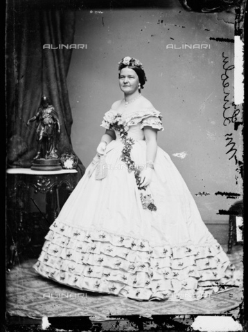 GBB-F-002147-0000 - 1861, WASHINGTON, USA : Mary Todd Lincoln (1818 - 1882) in Inaugural Ball Gown at White House, wife of President of U.S.A. ABRAHAM LINCOLN (Big South Fork, KY, 1809 - Washington 1865). - © ARCHIVIO GBB / Archivi Alinari
