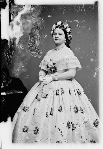 GBB-F-002149-0000 - 1861, WASHINGTON, USA : Mary Todd Lincoln (1818 - 1882) in Inaugural Ball Gown at White House, wife of President of U.S.A. ABRAHAM LINCOLN (Big South Fork, KY, 1809 - Washington 1865). - © ARCHIVIO GBB / Archivi Alinari