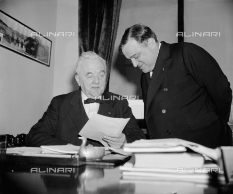 GBB-F-002471-0000 - 1938, 30 december, WASHINGTON, USA : The United States Mayor of New York City FIORELLO LA GUARDIA (1882 - 1947). N.Y. Mayor visits Veteran Nebraska Senator. Washington, D.C., Dec. 30. Following a call on Senator George W. Norris of Nebraska today, New York's Mayor Fiorello La Guardia predicted that the new Congress will respond to the progressive demand of the people. Laguardia refused to disclose the details of his conversation with Senator Morris - © ARCHIVIO GBB / Archivi Alinari