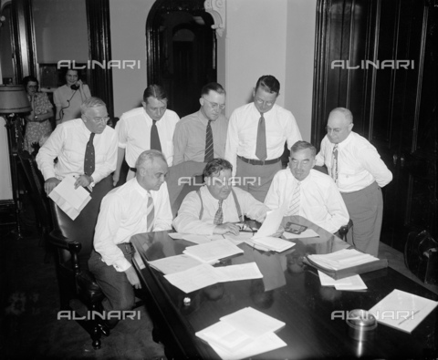 GBB-F-002474-0000 - 1939,14 july , WASHINGTON, USA : The United States Mayor of New York City FIORELLO LA GUARDIA (1882 - 1947).Mayors discuss WPA strike situation in special session. Washington, D.C., July 14. At an extraordinary session called this morning by their president, Mayor Fiorello La Guardia, the Executive Committee of the U.S. Conference of Mayors surveyed the entire strike of WPA employees throughout the country. At the conclusion of the meeting, Mayor LaGuardia announced that the Executive Committee would confer immediately with Commissioner Harrington on the strike situation. Front row, left to right: Harold H. Burton, Mayor of Cleveland, Ohio; Mayor LaGuardia of New York City; Daniel W. Hoan, Mayor of Milwaukee, Wisconsin. Back row, left to right: C.D. Scully, Mayor of Pittsburgh, Pa.; Paul V. Betters, Mayor of Amarillo, Texas; Joseph D. Scholtz, Mayor of Louisville, Ky.; and Richard W. Reading, Mayor of Detroit, Mich. - © ARCHIVIO GBB / Archivi Alinari