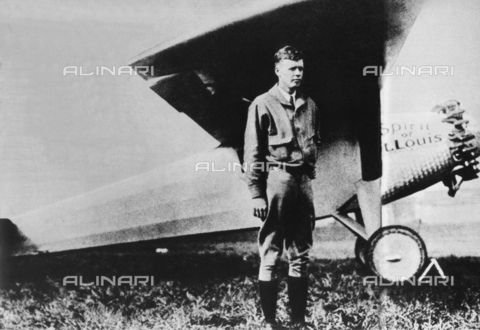 GBB-F-002485-0000 - 1927 : The american aviator hero Charles Augustus LINDBERGH (Detroit 1902 - Maui Isle, Hawai 1974 )with the SPIRIT OF SAINT LOUIS before the fly New York - Paris without stop - © ARCHIVIO GBB / Archivi Alinari