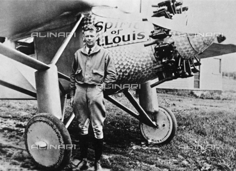 GBB-F-002488-0000 - 1927, NEW YORK, USA : The american aviator hero Charles Augustus LINDBERGH (Detroit 1902 - Maui Isle, Hawai 1974) with the SPIRIT OF SAINT LOUIS before the fly New York - Paris without stop - © ARCHIVIO GBB / Archivi Alinari