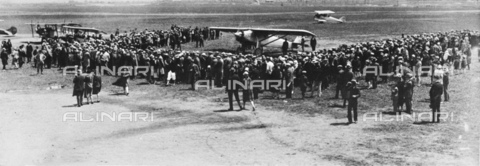 GBB-F-002491-0000 - 1927, 22 may, PARIS, FRANCE : The american aviator hero Charles Augustus LINDBERGH (Detroit 1902 - Maui Isle, Hawai 1974) with the SPIRIT OF SAINT LOUIS after the fly New York - Paris without stop greeted by crowds at LE BOURGET airport in Paris - © ARCHIVIO GBB / Archivi Alinari