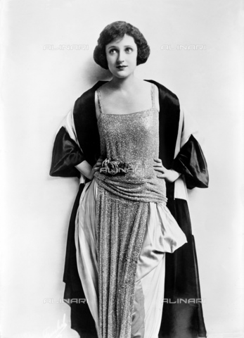 "GBB-F-002495-0000 - 1920, USA : The silent movie superstar CARMEL MYERS (1899 - 1980). Signed by Universal, Carmel quickly up the ranks appearing with Rudolph Valentino in "" A Society Sensation "" (1918) and "" All Night "" (1918), "" Ben-Hur: A Tale of the Christ (1925) - © ARCHIVIO GBB / Archivi Alinari"
