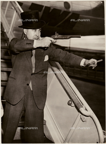 GBB-F-002497-0000 - 1953, 30 october, FRANCE : The american Pubblicity Man of Kings GUIDO ORLANDO, flew from Paris to Milan to challenge ex King of Egypt FAROUK to a duel. Orlando was the press agent of Rudolph Valentino in 1923 - © ARCHIVIO GBB / Archivi Alinari