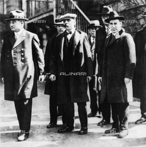 GBB-F-002499-0000 - 1920, Bridgewater, Plymouth, Massachusetts : The italian anachicists NICOLA SACCO (Villafalletto, Cuneo 1888 - Charlestown jail, USA 23 august 1927) and BARTOLOMEO VANZETTI (Torremaggiore, Foggia 1891 - Charlestown jail, USA, 23 august 1927), conducted in chain by the Police during a on-the-spot investigation - - © ARCHIVIO GBB / Archivi Alinari