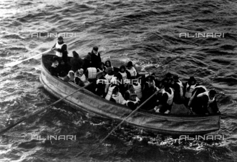 GBB-F-002507-0000 - 1912, 15 april : The british Ocean Liner RMS TITANIC. Last lifeboat arrived, filled with Titanic survivors. This photograph was taken by a passenger of the Carpathia, the ship that received the Titanic's distress signal and came to rescue the survivors. It shows the last lifeboat successfully launched from the Titanic - © ARCHIVIO GBB / Archivi Alinari
