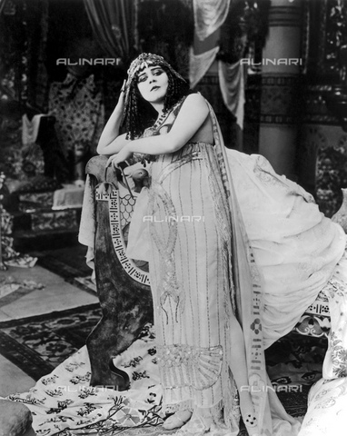 GBB-F-004316-0000 - 1917 : The silent movie actress THEDA BARA (18851955), pubblicity movie stills for CLEOPATRA by J. Gordon Edwards - © ARCHIVIO GBB / Archivi Alinari
