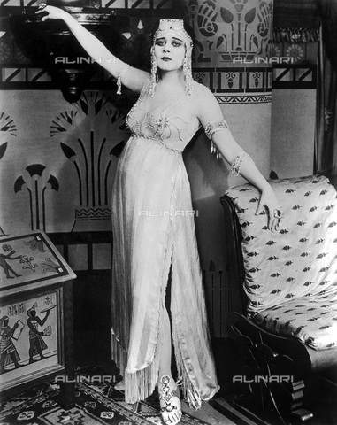 GBB-F-004318-0000 - 1917 : The silent movie actress THEDA BARA (18851955), pubblicity movie stills for CLEOPATRA by J. Gordon Edwards - © ARCHIVIO GBB / Archivi Alinari
