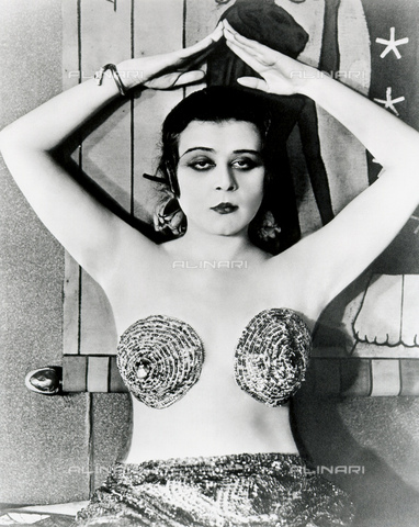 GBB-F-004320-0000 - 1917 : The silent movie actress THEDA BARA (18851955), pubblicity movie stills for CLEOPATRA by J. Gordon Edwards - © ARCHIVIO GBB / Archivi Alinari