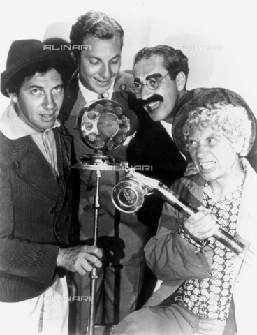 GBB-F-007991-0000 - 1930, USA: The MARX BROTHERS: Harpo (1893-1964) , Chico (1891-1961), Zeppo (1901-1979) and Groucho (1895-1977), pubblicity still for the first talkies movie ANIMAL CRACKERS by Victor Heerman - © ARCHIVIO GBB / Archivi Alinari