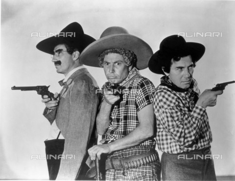 GBB-F-007992-0000 - 1940, USA: The MARX BROTHERS: Harpo, Chico and Groucho. Pubblicity still for movie GO WEST (1940) by Edward Buzzell - © ARCHIVIO GBB / Archivi Alinari