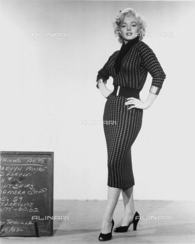 GBB-F-008000-0000 - 1953, USA: The actress MARILYN MONROE (1926-1962) costume test for the movie GENTLEMEN PREFER BLONDES (Gli uomini preferiscono le bionde) by Howard Hawks , from a novel by Anita Loos, 20Th Century Fox - © ARCHIVIO GBB / Archivi Alinari